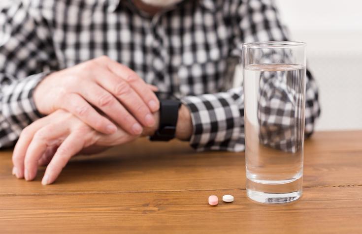 나이 떨어지면 입 마르는 게 당연? 먹는 약도 점검해야